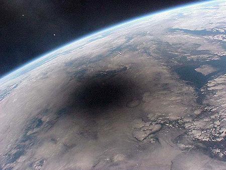 国際宇宙ステーション「ミール」から見た日食