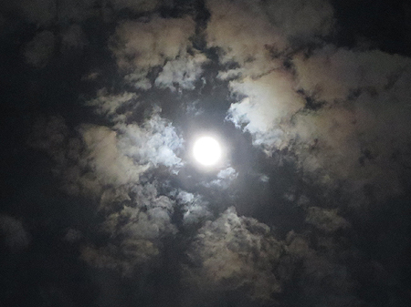 スーパームーンの満月と皆既月食